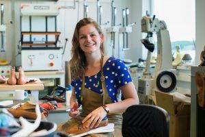 Heleen is een van de studenten van de DHTA. Zij volgt de opleiding tot schoenmaker of shoe developer